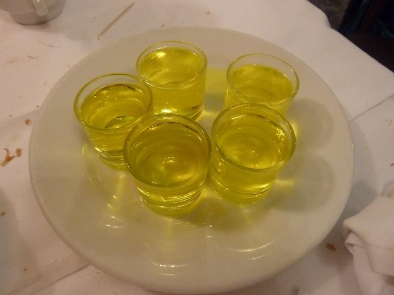 中国人吃海鲜而言,估计很难再想起白葡萄酒和加利西亚本地的葡萄酒Ribeiro y Albariño。 因为开车不能喝,就连餐后Chupitos de Orujo 也省了。
