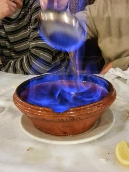 餐后饮品Queimada gallega,会跳舞的加利西亚特色酒精饮料 。 相传可以治病,是辟邪针对巫婆的一种仪式,德鲁伊和凯尔特礼仪文化的主神。 重要的四种元素(火,陶罐,水,空气)对应的是净化神,地球,酒,上升跳动的火焰。 按照传统,在制备搅动过程中应大声背诵咒语(esconxuro或conxuro在加利西亚语),以辟邪。 一般是朗姆酒和糖勾兑,加点柠檬皮或橙皮和咖啡豆。 注意别引火烧身,哈哈,不要溅到身上,危险系数比较高。 餐费不知道含不含保险,呵呵。 14欧。